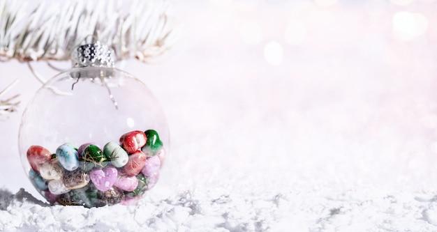 Snowy-tannenbaumast mit weihnachtslichter bokeh