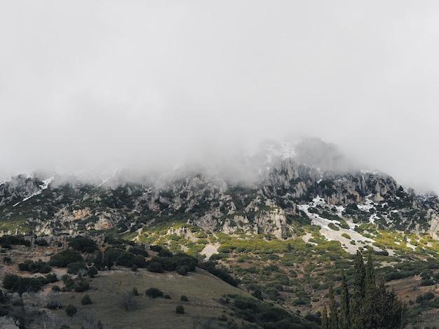 Snowy und bewölkter berg. europa, griechenland.