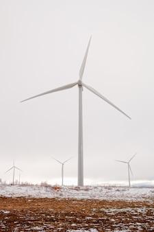 Snowy-windpark mit vielen hohen windmühlen