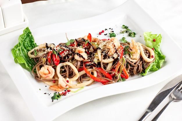 Soba-buchweizennudeln mit meeresfrüchten, frischem gemüse und sojasauce, asiatische küche
