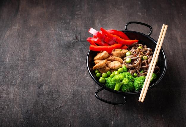 Soba mit fleisch und gemüse anbraten