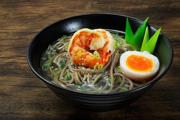 Soba-nudeln mit garnelen serviert gekochtes ei