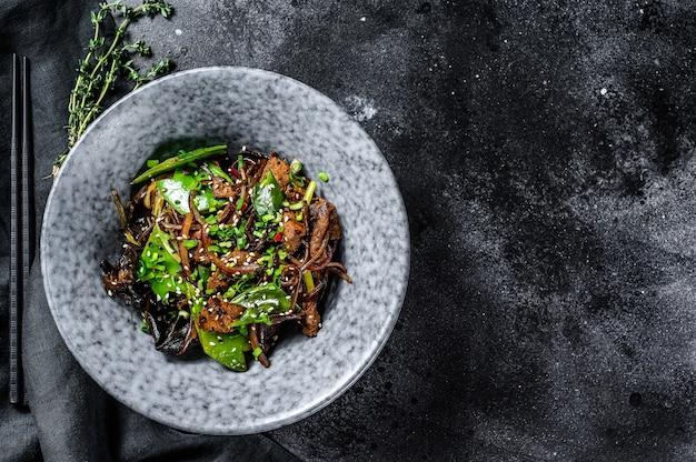 Soba-nudeln mit rinder-karotten-zwiebeln und paprika rühren braten wok