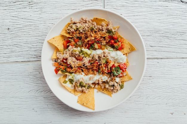 Soboro chicken nachos: gebratenes hähnchen nach japanischer art mit tomatensalsa, joghurt.