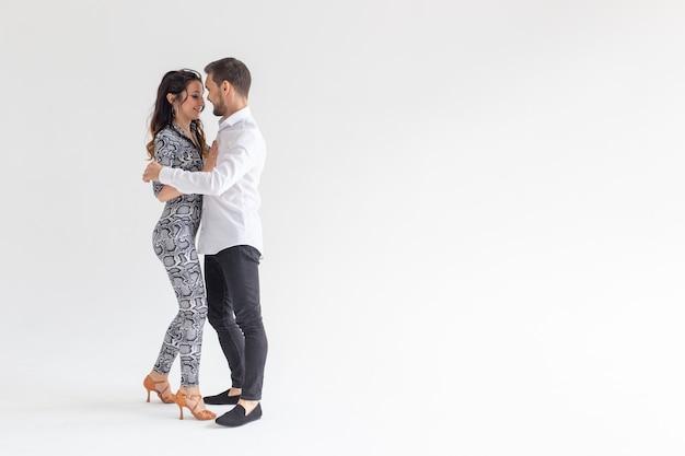 Social dance bachata kizomba tango salsa menschen konzept junges paar tanzen über weiße oberfläche