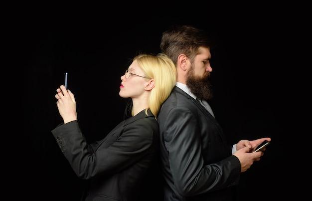 Social-media-abhängigkeit menschen ignorieren sich gegenseitig beziehungen blog-frau schreibt nachricht sms