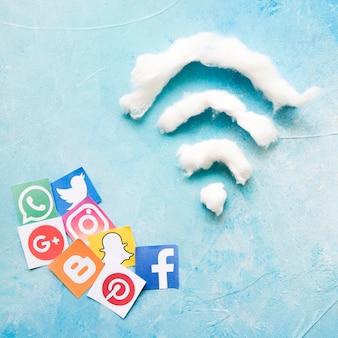 Social media-ikone und wifi symbol auf dem blau gemasert