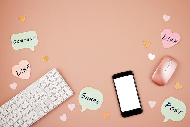 Social media-konzept flatlay mit tastatur, telefon, maus