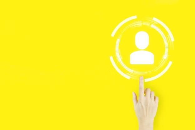 Social-media-konzept. kommunikationsnetzwerk. hand der jungen frau mit dem zeigefinger, der mit hologramm zeigt mensch, führer auf gelbem hintergrund. hr human resources recruitment beschäftigung.