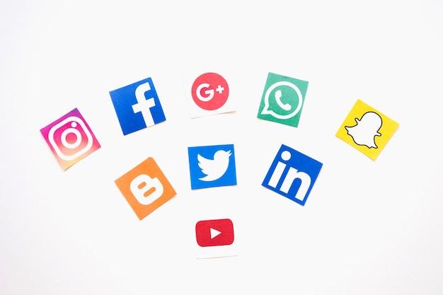 Social media-logos über weißem hintergrund