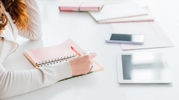 Social-media-marketing. smm experte frau planung job. prioritäten der tagesordnung.
