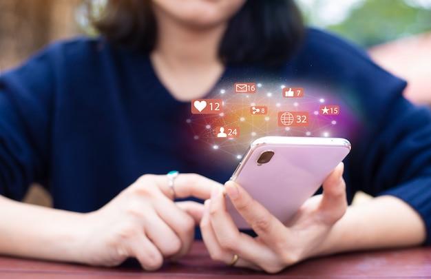 Social media netzwerk-konzept. weibliche hände halten handy