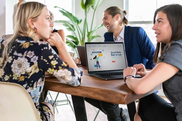 Social-media-service-meeting mit kollegen