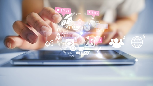 Social-media-symbole auf dem smartphone. medienmarketing-konzept.