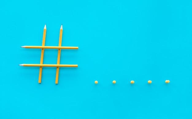 Social media und kreativitätskonzepte mit hashtag-zeichen aus bleistift