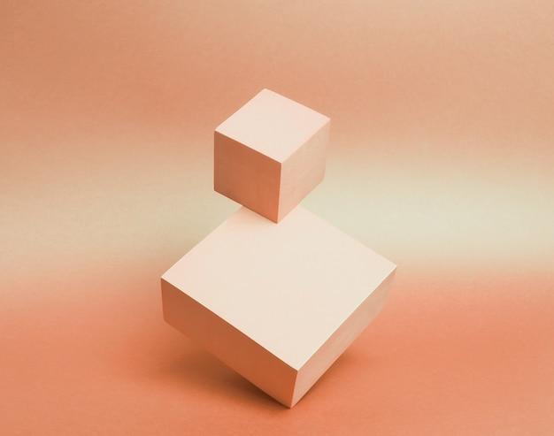 Sockel aus zwei würfeln auf papierhintergrund