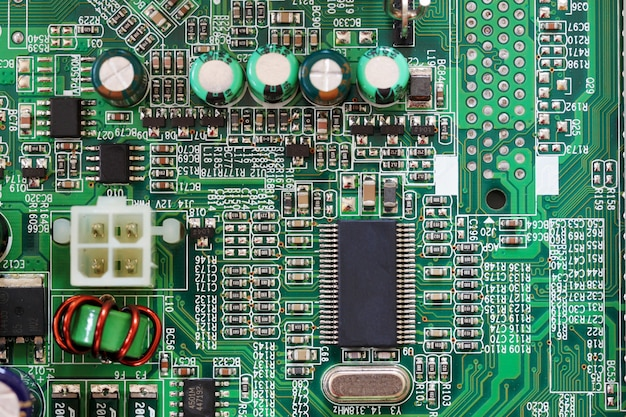 Sockelelektronikkomponenten auf dem pc-computer-mainboard.