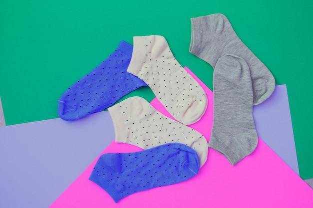 Socken auf farbigem hintergrund
