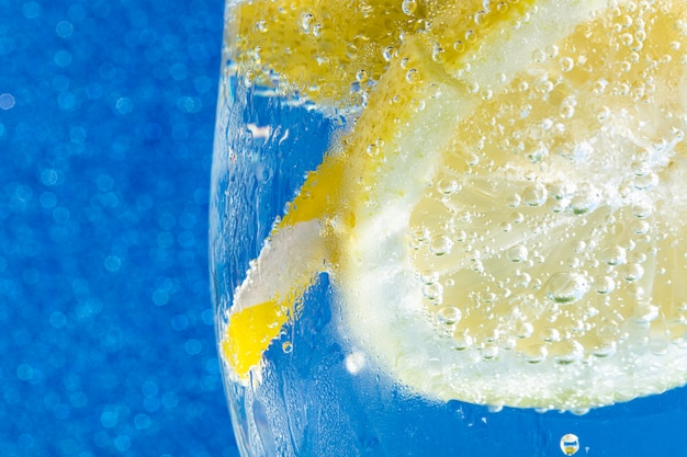 Soda auf glänzendem blauem makro