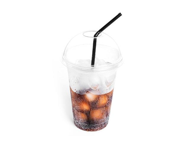 Soda mit eis in einem transparenten plastikglas isoliert.