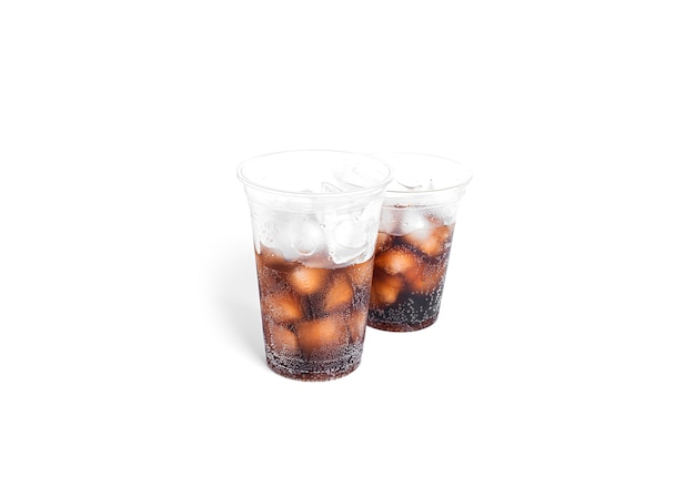 Soda mit eis in transparenten plastikgläsern isoliert.