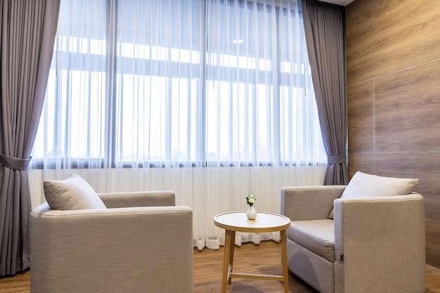 Sofa im hotelschlafzimmerinnenraum