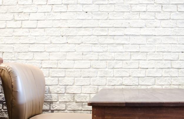 Sofa und holztisch und weiße mauer