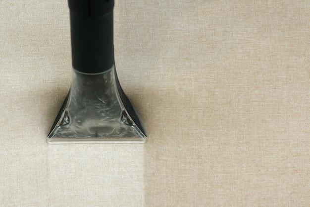 Sofapolsterung nach der reinigung mit einem dampfsauger