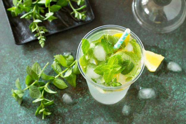 Softdrinks erfrischendes sommergetränk zitrone mit minze und eis