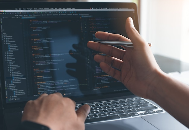 Softwareentwickler, der javascript auf laptop-computer codiert