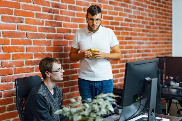 Softwareingenieure, die im unternehmen an projekt und programmierung arbeiten.