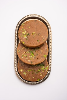 Sohan halwa oder halva, beliebtes süßes rezept aus ajmer, indien. auf einem teller serviert