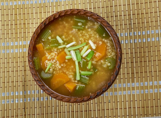 Sohapur armenische suppe mit lauch