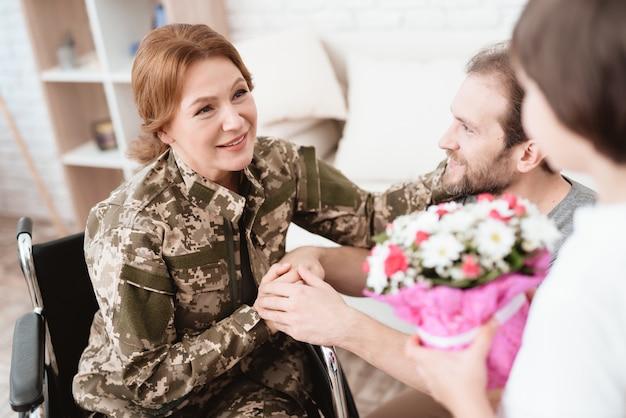 Sohn und ehemann freuen sich, veteran frau zu sehen.