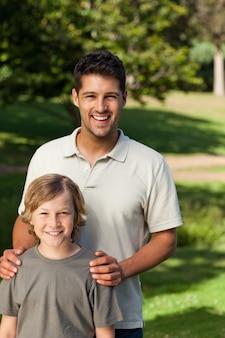 Sohn und sein vater im park