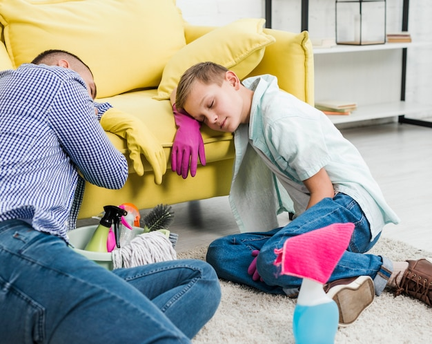 Sohn und vater schlafen nach der reinigung