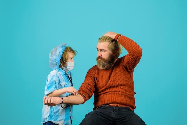 Sohn und vater spielen doktorkind spielen doktor mit papa medizinspieljunge doktorjunge spielen doktorkind in