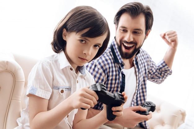 Sohn verärgert, weil papa ihn in einem videospiel geschlagen hat.