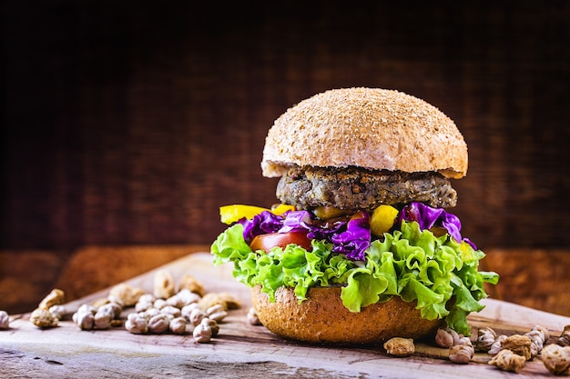 Soja-burger, kichererbsen und verschiedene proteine, gemüse mit gemüse