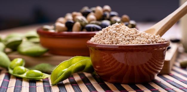 Sojabohnenhülsen edamame-sojabohnen mit granuliertem sojalecithin und schwarzen und weißen sojabohnen
