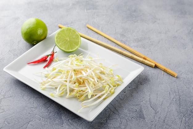 Sojabohnensprossen in der weißen platte.