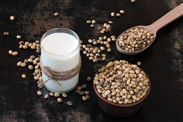 Sojamilch und sojabohnen. vegane milch
