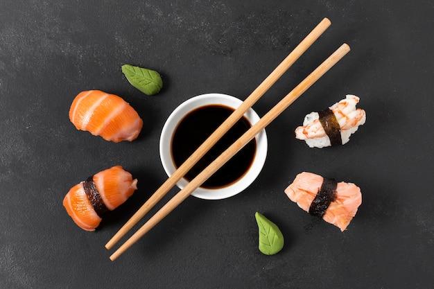 Sojasouce und sushi-rollen