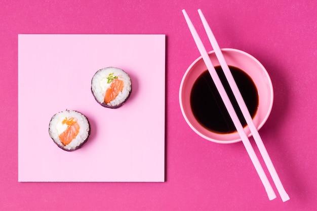 Sojasuppe mit sushi-rollen