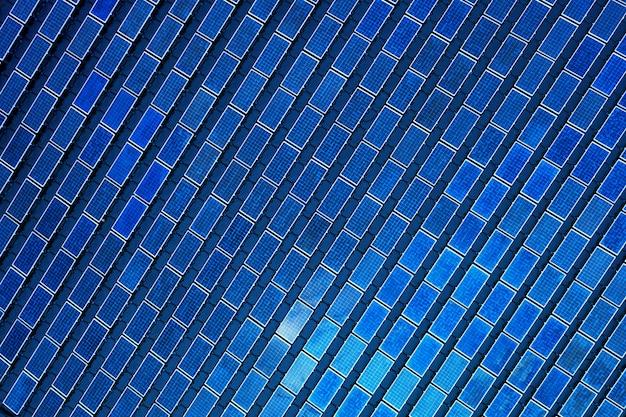 Solar photovoltaik der luftaufnahme, solaranlage reihen reihe von auf dem wasser montierten system installation in der lagune