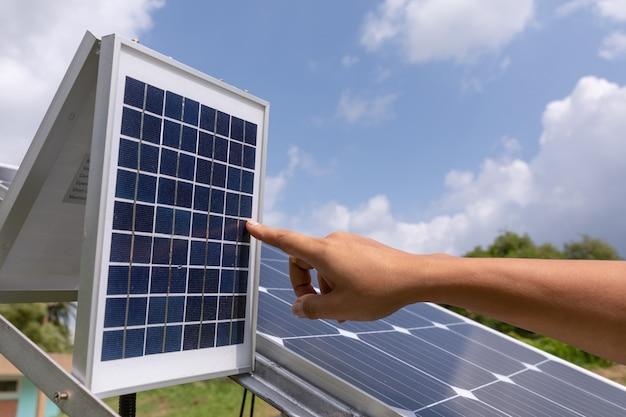 Solar-photovoltaik-module station überprüft