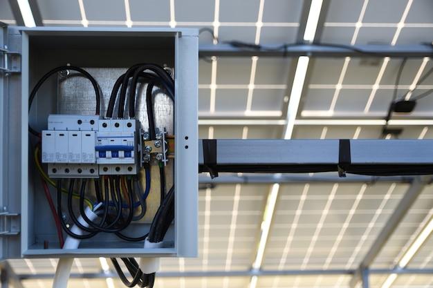 Solarbatterie-managementsystem. regler der leistung, ladung der sonnenkollektoren. solar tracker.