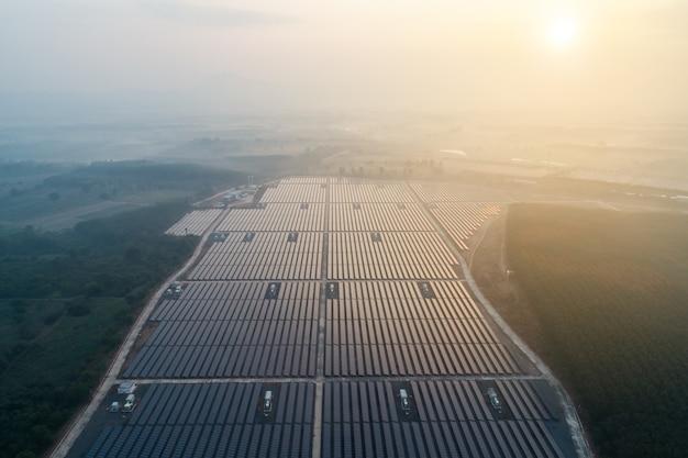 Solarenergie farm. erhöhte ansicht von sonnenkollektoren auf einem energiebauernhof.