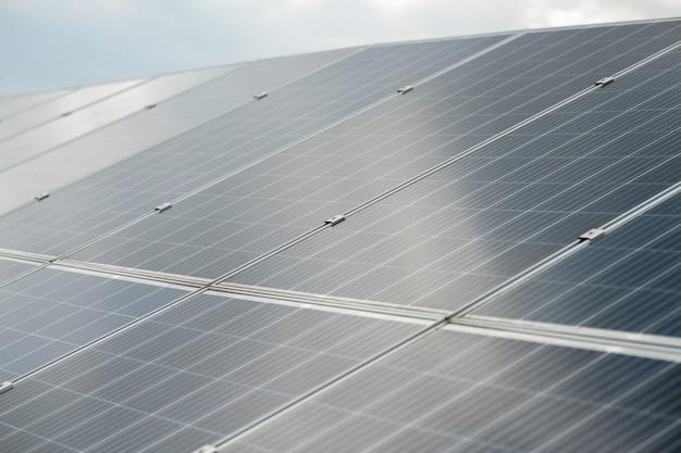 Solarenergie. große dunkle, glatte oberfläche des solarpanels, die an schönen tagen sonnenlicht empfängt