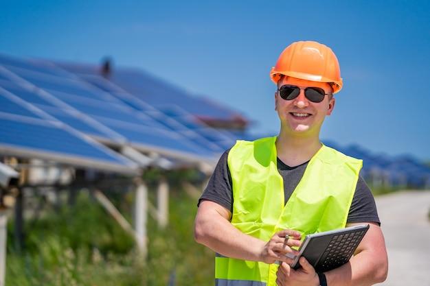 Solarenergie-panel. grüne energie. elektrizität. power-energie-panels. ingenieur auf einer solaranlage.